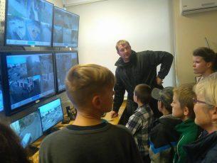 Kuldīgā jaunieši ar saviem mentoriem iepazīst pašvaldības policijas darbu